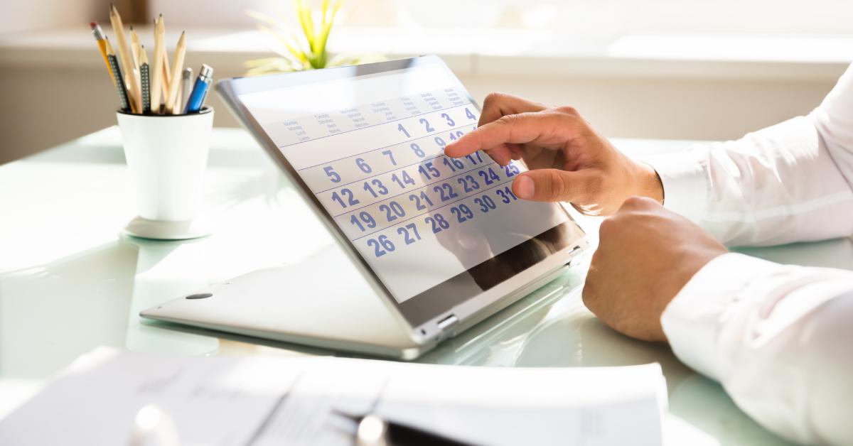 calendário em uma tela de um notebook