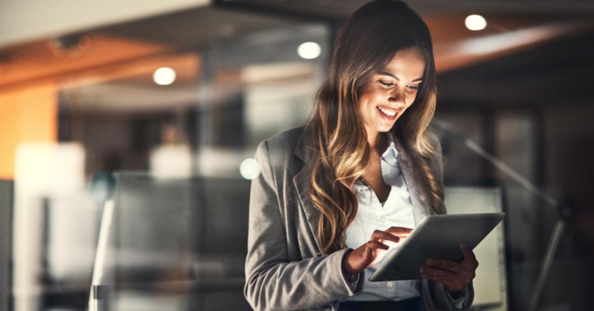Mulher olhando a tela de um tablet
