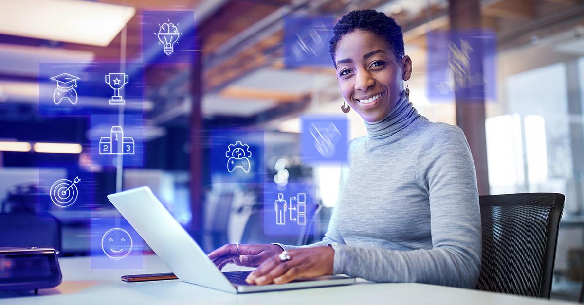 mulher sorrindo com o seu notebook e alguns icones de gamificação ao fundo