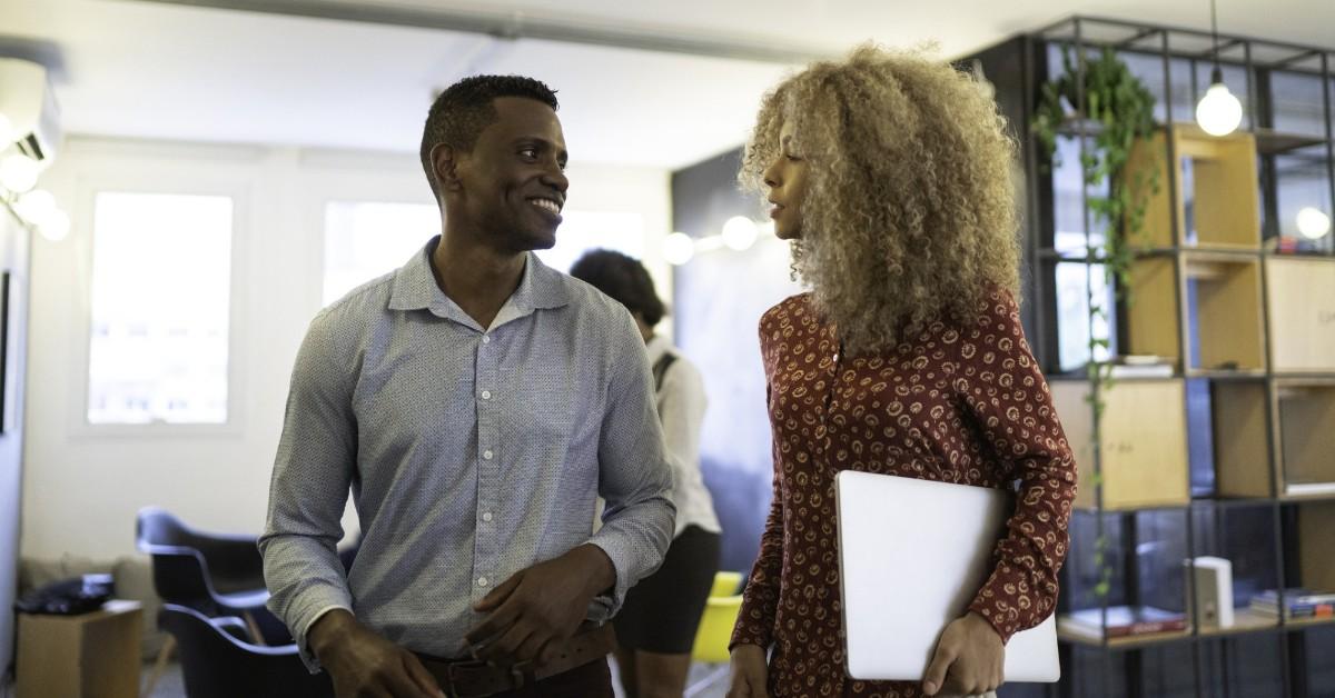 um homem e uma mulher conversando em um ambiente corporativo