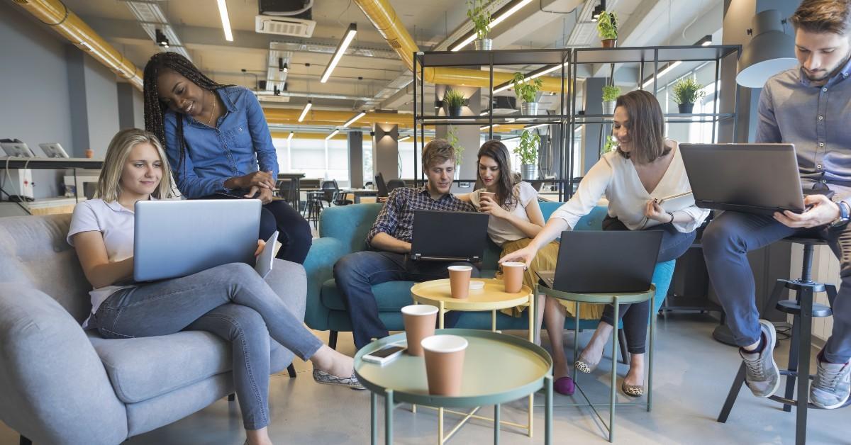 pessoas conversando em ambiente corporativo