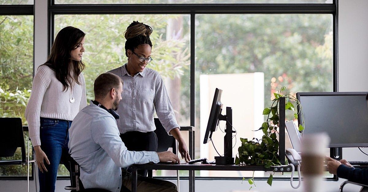 acessibilidade nas empresa: pessoas com deficiência visual acessam o computador