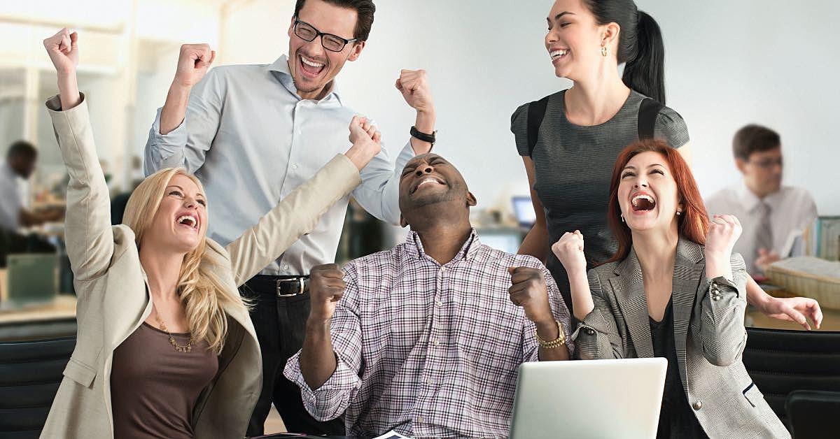 Pessoas vibrando em um ambiente corporativo