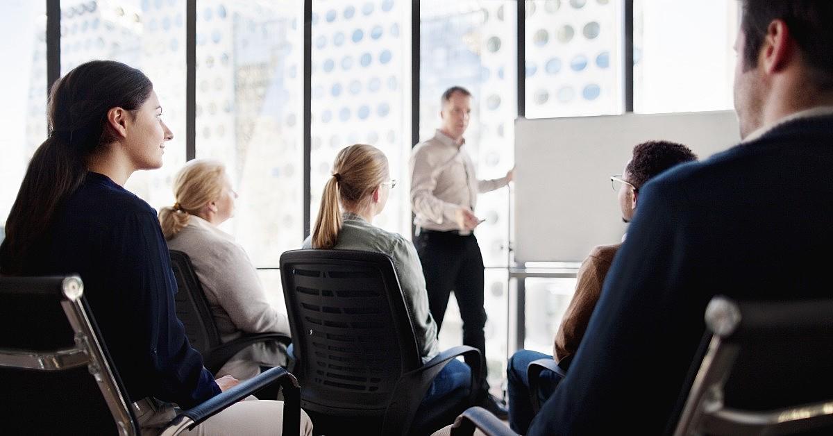 Pessoas durante um treinamento presencial