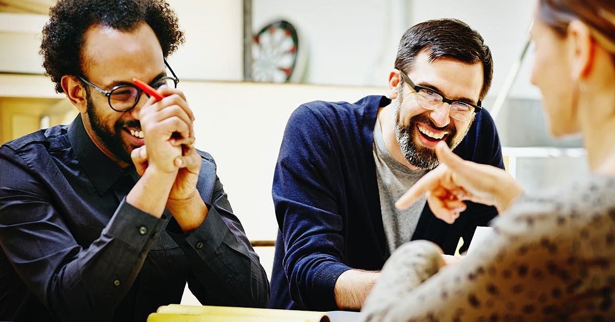 pessoas sorrindo durante uma reunião
