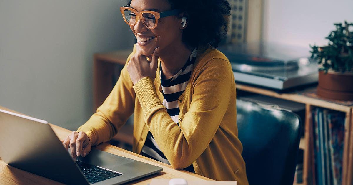 Mulher olhando a tela de um computador